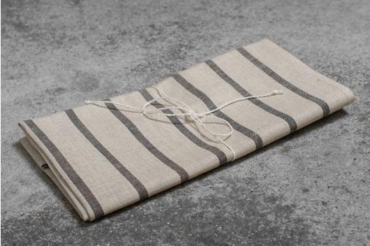 Lysegrått stripete håndkle
