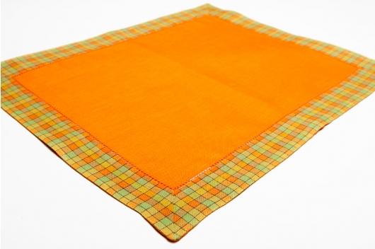Oransje spisebrikke med en rutete kant
